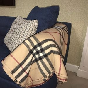 Authentic Burberry lambs wool blanket shall wrap